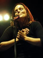 Portrait of Belinda Carlisle (click to view image source)