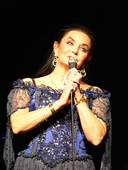 Portrait of Crystal Gayle (click to view image source)
