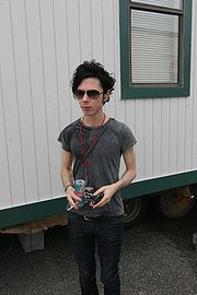 Portrait of Nick Zinner (click to view image source)