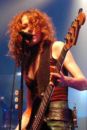 Portrait of Melissa Auf der Maur (click to view image source)